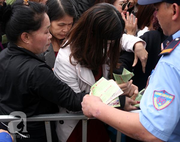 Cảnh cướp giật vé trắng trợn và đánh nhau giành vé đang diễn ra tại Lễ hội hoa hồng - Ảnh 6.