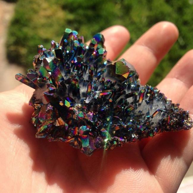 Những viên đá đẹp đến lạ lùng như chứa cả vũ trụ bên trong - Ảnh 12.