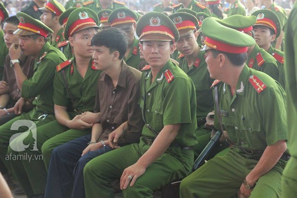 Vụ thảm án Bình Phước: Mẹ của tử tù Nguyễn Hải Dương ngất xỉu khi hay tin con trai sắp bị tiêm thuốc - Ảnh 8.