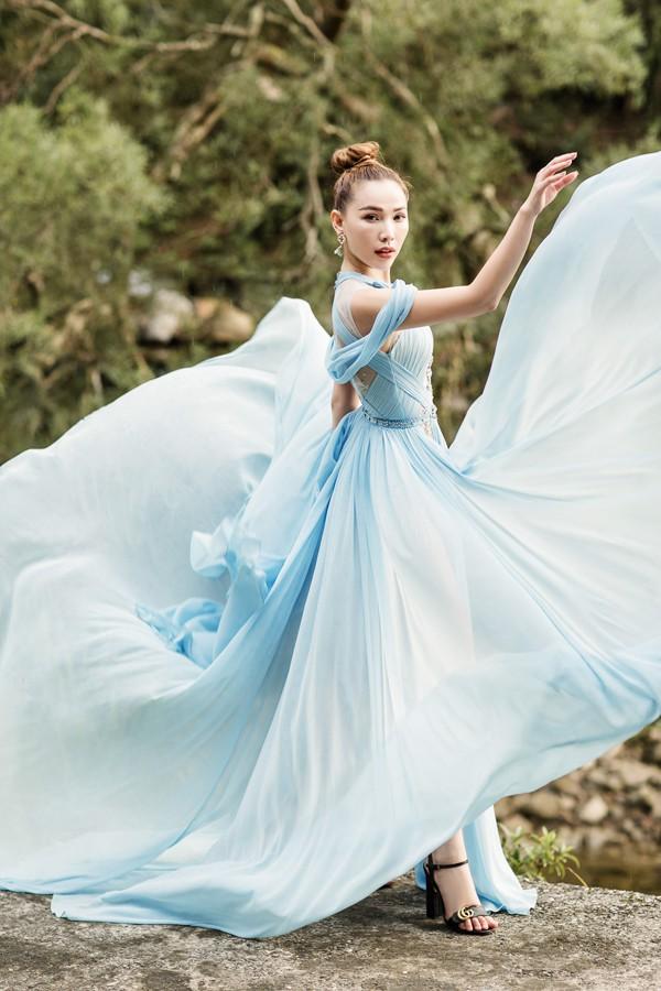 Cùng diện thiết kế váy khoét sâu xẻ cao này, nhưng không một ai duyên dáng được như Huyền My - Ảnh 5.
