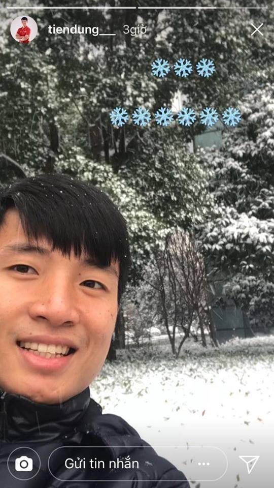 Những hình ảnh mới nhất ở Thường Châu: Dàn trai đẹp U23 siêu nhắng nhít khi lần đầu thấy tuyết rơi - Ảnh 9.