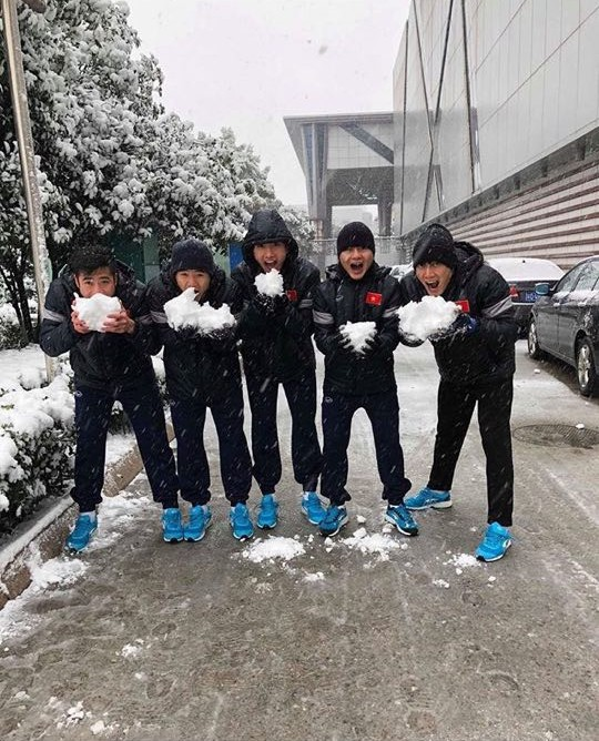 Những hình ảnh mới nhất ở Thường Châu: Dàn trai đẹp U23 siêu nhắng nhít khi lần đầu thấy tuyết rơi - Ảnh 2.