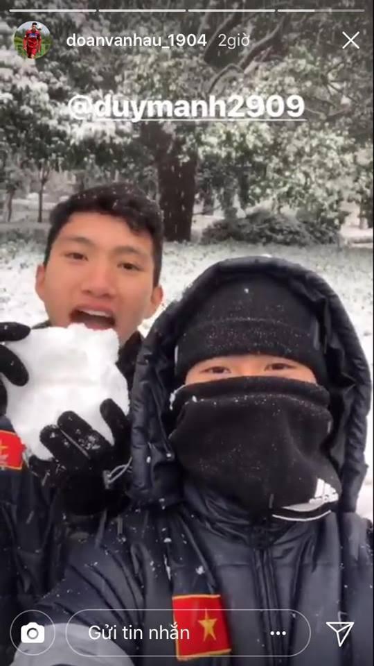 Những hình ảnh mới nhất ở Thường Châu: Dàn trai đẹp U23 siêu nhắng nhít khi lần đầu thấy tuyết rơi - Ảnh 8.