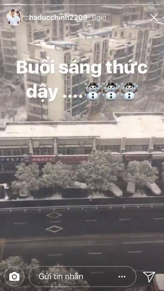 Những hình ảnh mới nhất ở Thường Châu: Dàn trai đẹp U23 siêu nhắng nhít khi lần đầu thấy tuyết rơi - Ảnh 7.