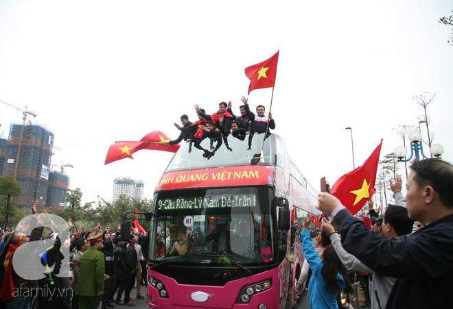 Những fan nhí cực yêu cũng bon chen không kém người lớn, khoác cờ đỏ sao vàng đón các cầu thủ U23 trở về - Ảnh 1.