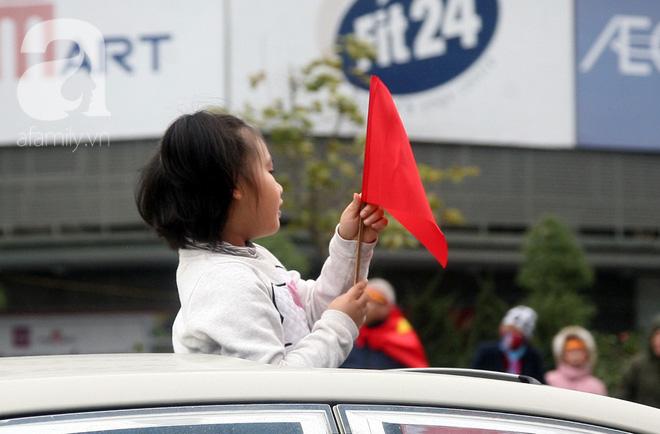 Những fan nhí cực yêu cũng bon chen không kém người lớn, khoác cờ đỏ sao vàng đón các cầu thủ U23 trở về - Ảnh 4.