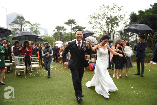 Đám cưới không thể quên: Cô dâu chú rể Việt kiều và quan khách hò hét, nín thở theo từng pha bóng trong trận chung kết của U23 Việt Nam - Ảnh 1.