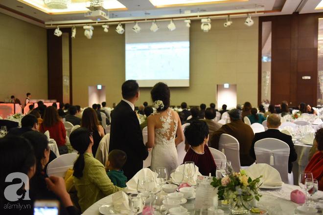 Đám cưới không thể quên: Cô dâu chú rể Việt kiều và quan khách hò hét, nín thở theo từng pha bóng trong trận chung kết của U23 Việt Nam - Ảnh 6.