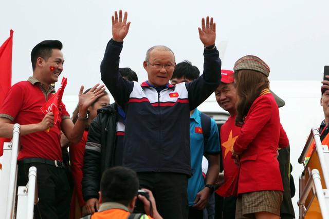 Vietjet lên tiếng xin lỗi về sự cố người mẫu hở hang trên máy bay đón U23 Việt Nam - Ảnh 1.