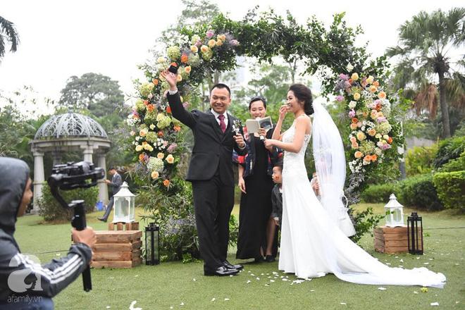 Đám cưới không thể quên: Cô dâu chú rể Việt kiều và quan khách hò hét, nín thở theo từng pha bóng trong trận chung kết của U23 Việt Nam - Ảnh 2.