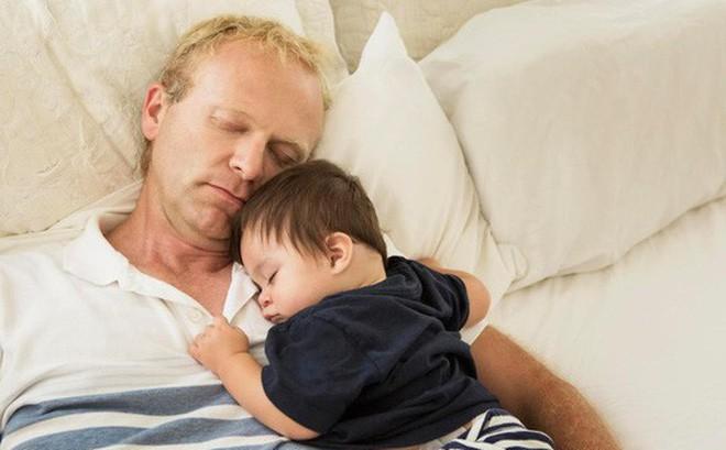 Ngủ cùng cha mẹ, 133 bé sơ sinh chết mỗi năm - Ảnh 1.