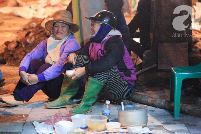 Cuộc sống về khuya của những người vận chuyển trong đêm Hà Nội 8 độ rét thấu xương - Ảnh 6.