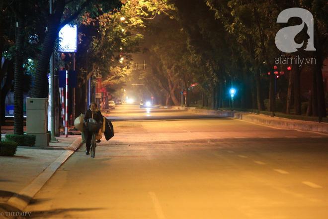 Cuộc sống về khuya của những người vận chuyển trong đêm Hà Nội 8 độ rét thấu xương - Ảnh 19.