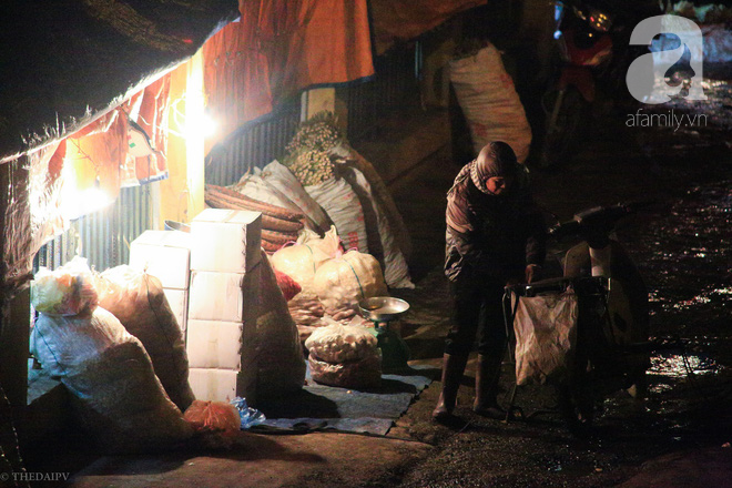 Cuộc sống về khuya của những người vận chuyển trong đêm Hà Nội 8 độ rét thấu xương - Ảnh 14.
