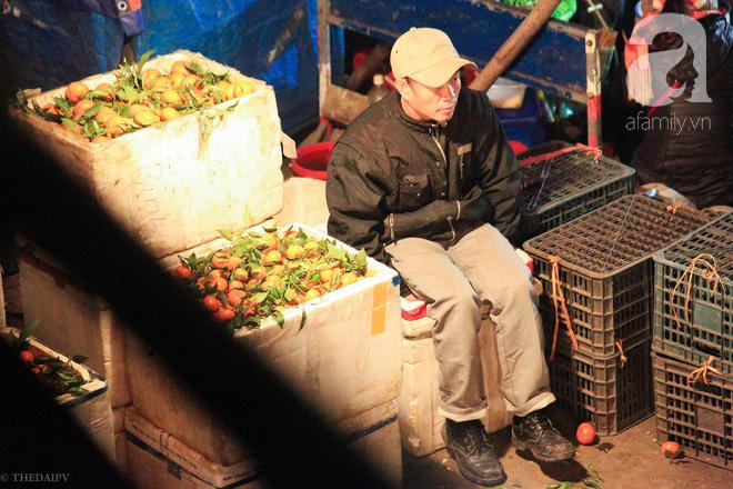 Cuộc sống về khuya của những người vận chuyển trong đêm Hà Nội 8 độ rét thấu xương - Ảnh 15.