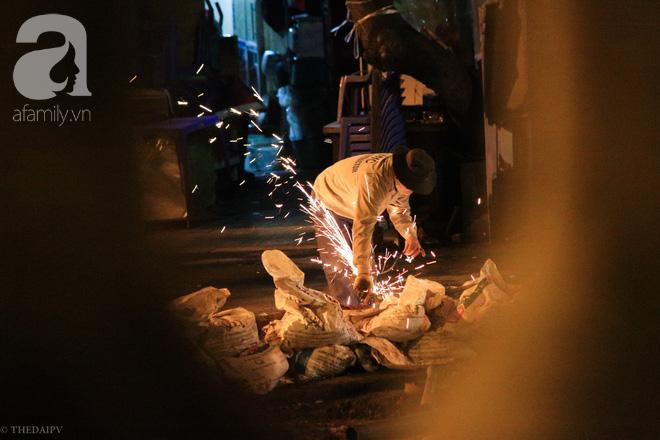Cuộc sống về khuya của những người vận chuyển trong đêm Hà Nội 8 độ rét thấu xương - Ảnh 20.