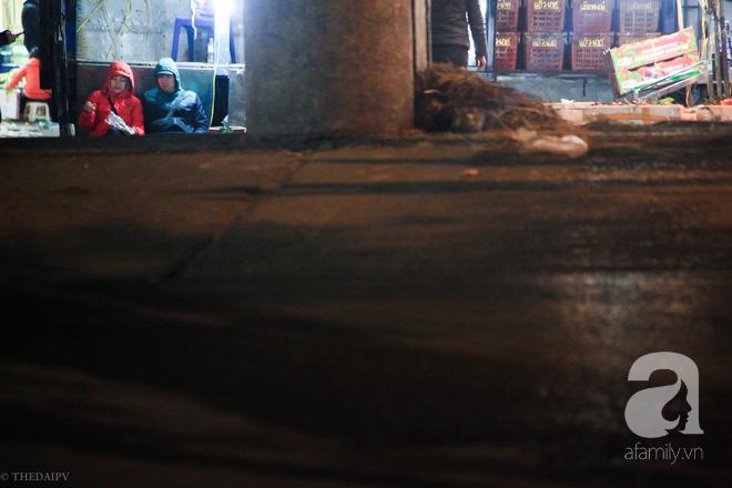 Cuộc sống về khuya của những người vận chuyển trong đêm Hà Nội 8 độ rét thấu xương - Ảnh 17.