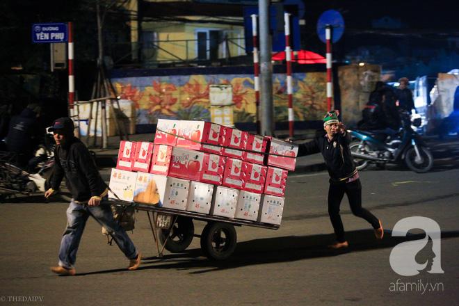 Cuộc sống về khuya của những người vận chuyển trong đêm Hà Nội 8 độ rét thấu xương - Ảnh 21.