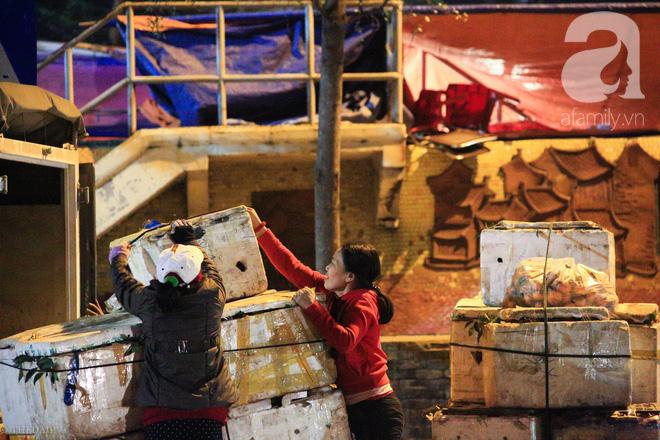 Cuộc sống về khuya của những người vận chuyển trong đêm Hà Nội 8 độ rét thấu xương - Ảnh 22.