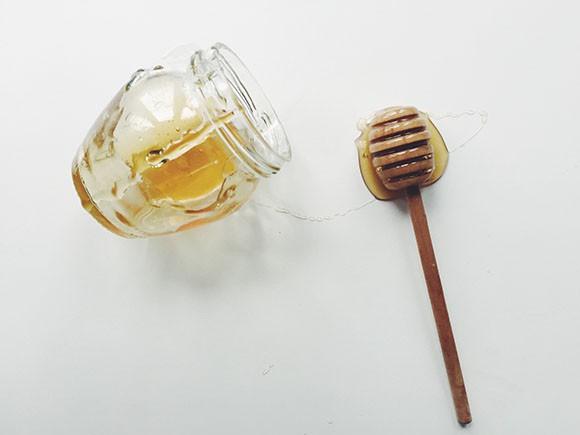 Rửa mặt với mật ong trong 3 tuần, cô gái này đã phải thốt lên: Da tôi chưa bao giờ mềm mịn đến thế - Ảnh 1.