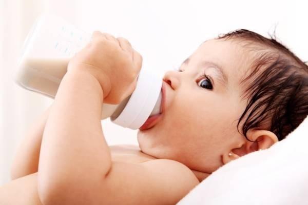 Vẫn cho trẻ bú bình khi đã được hơn 1 tuổi, cha mẹ coi chừng lợi bất cập hại - Ảnh 1.