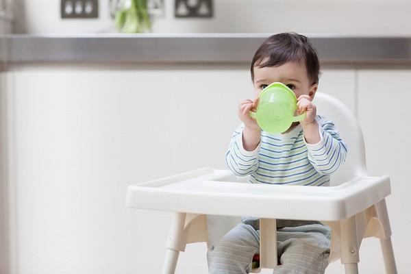 Vẫn cho trẻ bú bình khi đã được hơn 1 tuổi, cha mẹ coi chừng lợi bất cập hại - Ảnh 5.