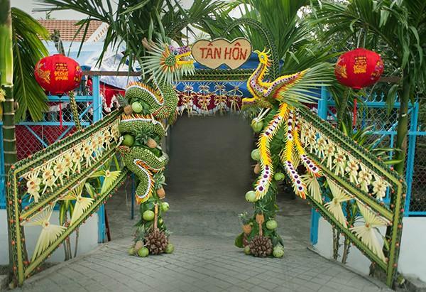 Cổng cưới kết bằng lá dừa - nét văn hóa đặc sắc chứa đựng trọn vẹn nghĩa xóm tình làng của người miền Tây - Ảnh 2.