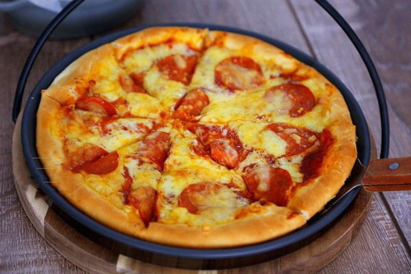 Chủ Nhật làm pizza xúc xích đảm bảo bé nào cũng thích mê! - Ảnh 1.