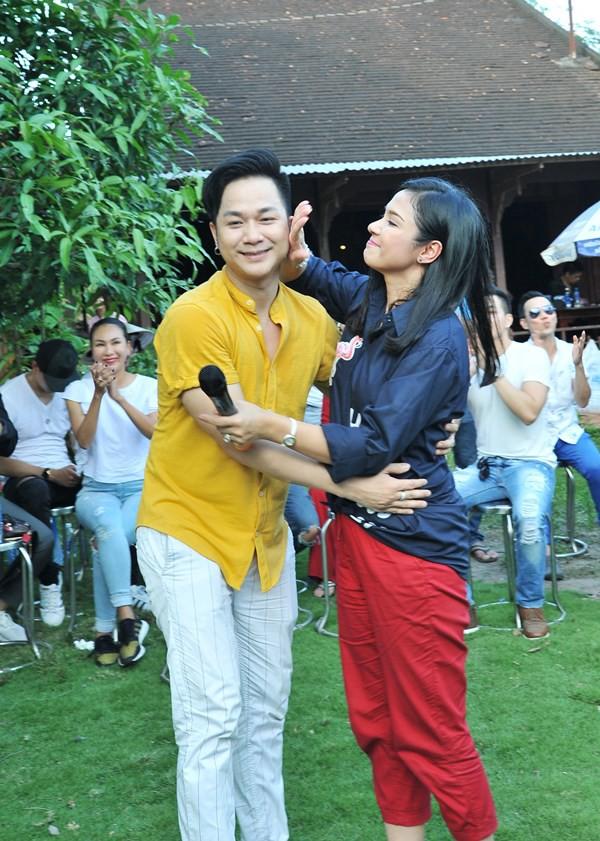 Không làm tiệc sinh nhật tốn kém, Quách Tuấn Du - Việt Trinh đi phát gạo cho bà con nghèo - Ảnh 1.