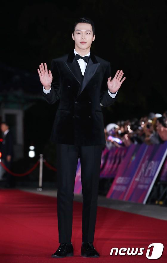 Thảm đỏ APAN Star Awards 2018: Cậu em quốc dân Jung Hae In tăng cân mặt tròn xoe, người yêu GD ngượng ngùng lấy tay giữ váy che ngực khủng - Ảnh 14.