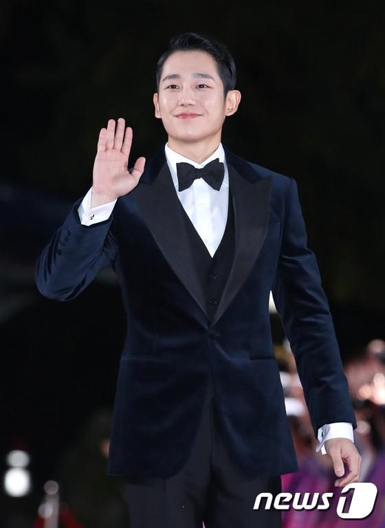 Thảm đỏ APAN Star Awards 2018: Cậu em quốc dân Jung Hae In tăng cân mặt tròn xoe, người yêu GD ngượng ngùng lấy tay giữ váy che ngực khủng - Ảnh 1.