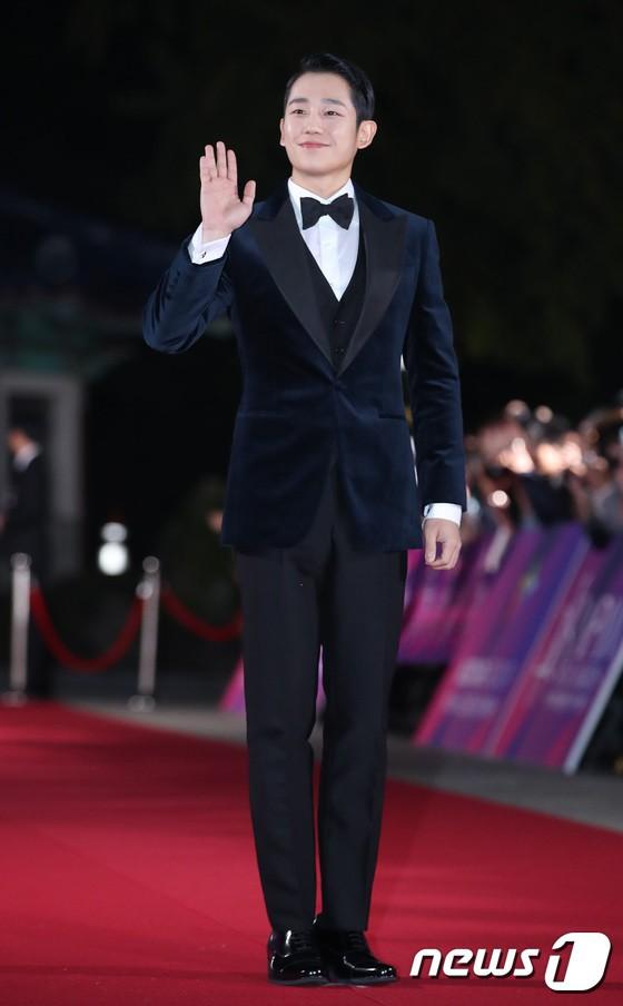 Thảm đỏ APAN Star Awards 2018: Cậu em quốc dân Jung Hae In tăng cân mặt tròn xoe, người yêu GD ngượng ngùng lấy tay giữ váy che ngực khủng - Ảnh 2.
