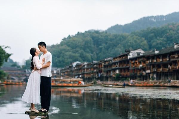 Nhờ chăm chỉ chơi game mà cặp đôi này khởi đầu từ số 0 đến bộ ảnh Phượng Hoàng cổ trấn đẹp mê người - Ảnh 1.