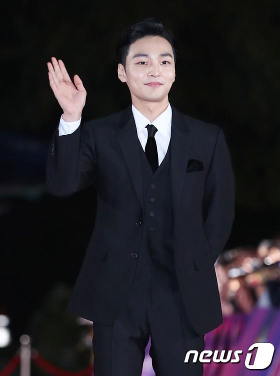 Thảm đỏ APAN Star Awards 2018: Cậu em quốc dân Jung Hae In tăng cân mặt tròn xoe, người yêu GD ngượng ngùng lấy tay giữ váy che ngực khủng - Ảnh 10.