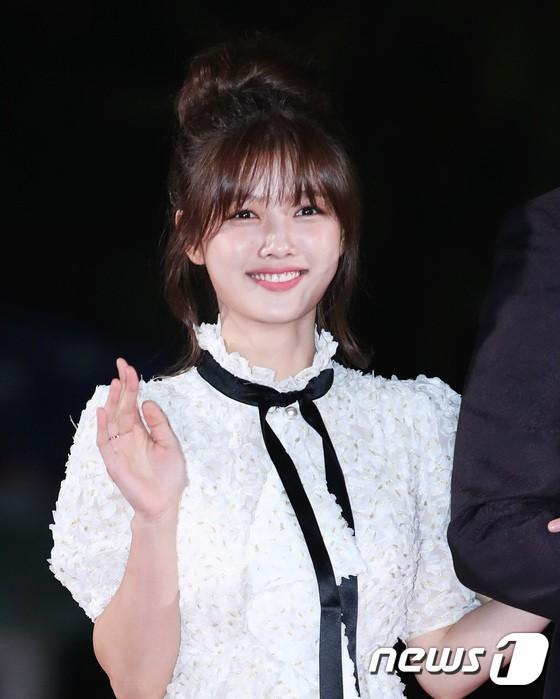 Thảm đỏ APAN Star Awards 2018: Cậu em quốc dân Jung Hae In tăng cân mặt tròn xoe, người yêu GD ngượng ngùng lấy tay giữ váy che ngực khủng - Ảnh 8.