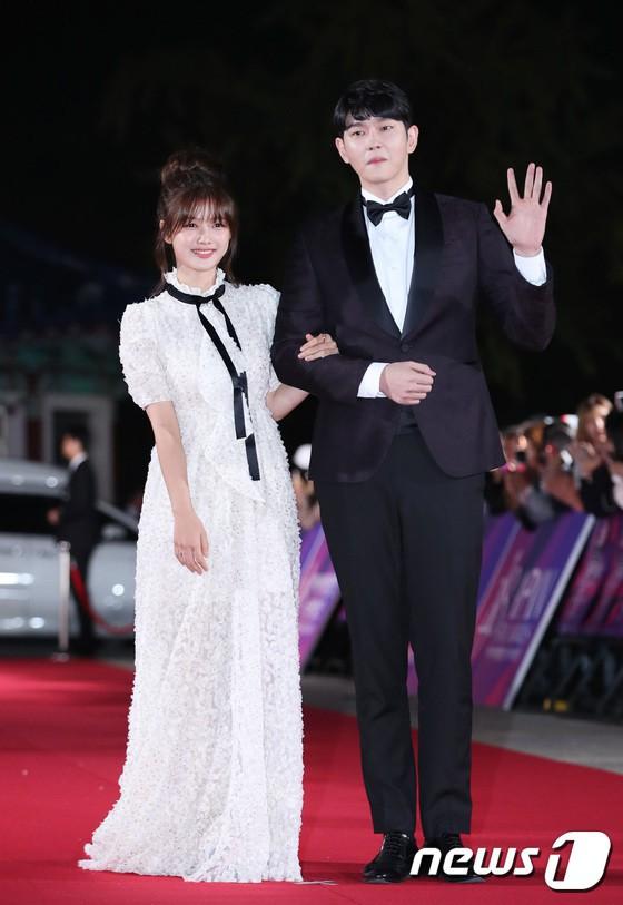 Thảm đỏ APAN Star Awards 2018: Cậu em quốc dân Jung Hae In tăng cân mặt tròn xoe, người yêu GD ngượng ngùng lấy tay giữ váy che ngực khủng - Ảnh 9.