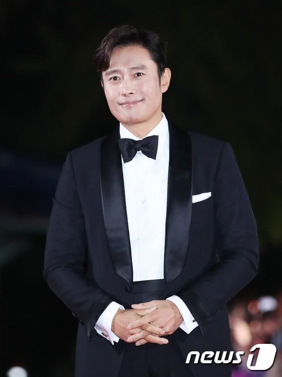 Thảm đỏ APAN Star Awards 2018: Cậu em quốc dân Jung Hae In tăng cân mặt tròn xoe, người yêu GD ngượng ngùng lấy tay giữ váy che ngực khủng - Ảnh 3.