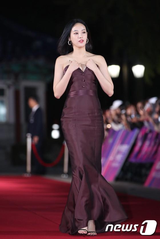 Thảm đỏ APAN Star Awards 2018: Cậu em quốc dân Jung Hae In tăng cân mặt tròn xoe, người yêu GD ngượng ngùng lấy tay giữ váy che ngực khủng - Ảnh 5.