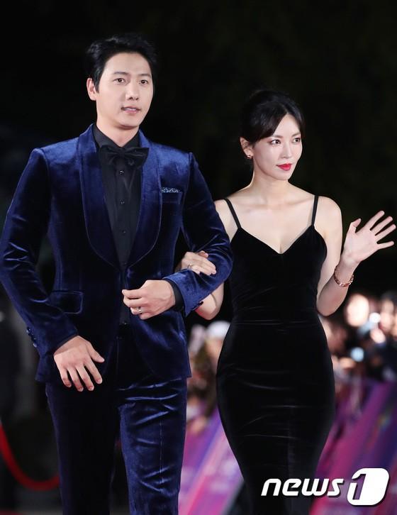 Thảm đỏ APAN Star Awards 2018: Cậu em quốc dân Jung Hae In tăng cân mặt tròn xoe, người yêu GD ngượng ngùng lấy tay giữ váy che ngực khủng - Ảnh 11.