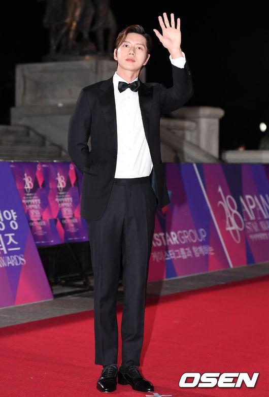 Thảm đỏ APAN Star Awards 2018: Cậu em quốc dân Jung Hae In tăng cân mặt tròn xoe, người yêu GD ngượng ngùng lấy tay giữ váy che ngực khủng - Ảnh 4.