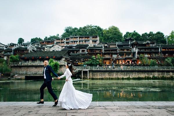 Nhờ chăm chỉ chơi game mà cặp đôi này khởi đầu từ số 0 đến bộ ảnh Phượng Hoàng cổ trấn đẹp mê người - Ảnh 2.