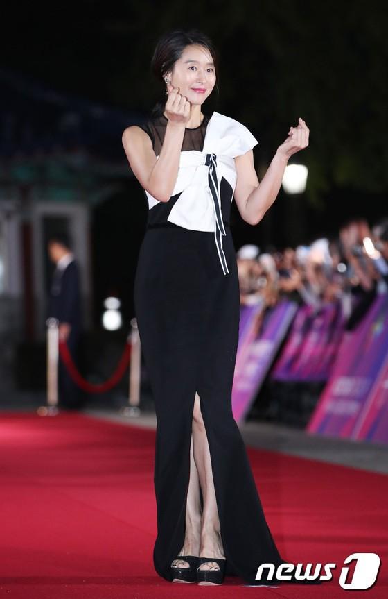 Thảm đỏ APAN Star Awards 2018: Cậu em quốc dân Jung Hae In tăng cân mặt tròn xoe, người yêu GD ngượng ngùng lấy tay giữ váy che ngực khủng - Ảnh 13.