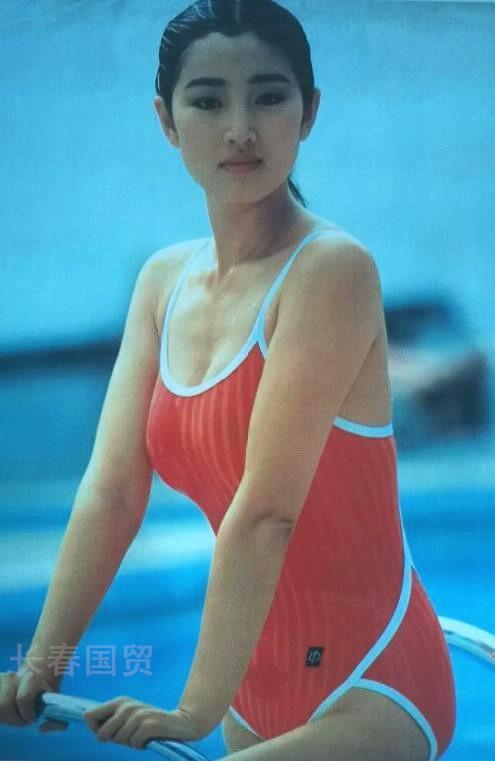 Hé lộ ảnh diện áo tắm thời thanh xuân của Củng Lợi, netizen khen ngợi: Quốc bảo nhan sắc của Trung Hoa - Ảnh 2.