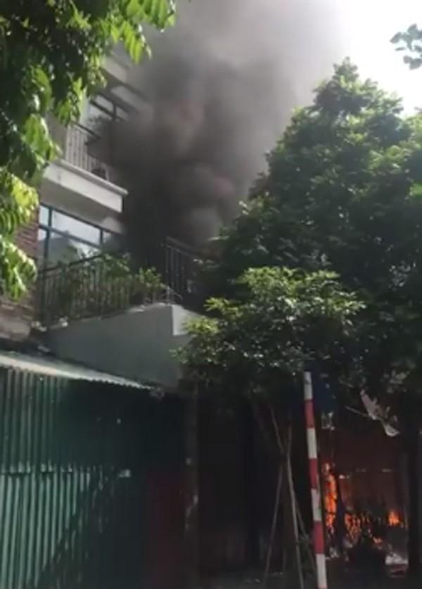 Vụ cháy xưởng sofa tại biệt thự ở KĐT Trung Văn: 1 người tử vong, 4 người bị thương - Ảnh 1.