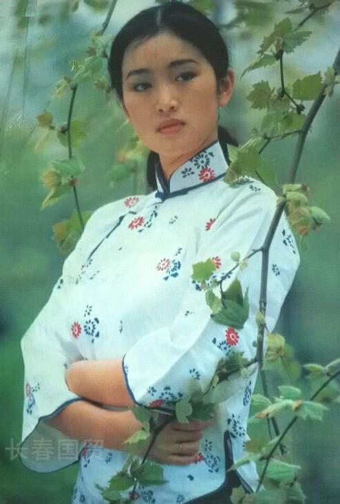 Hé lộ ảnh diện áo tắm thời thanh xuân của Củng Lợi, netizen khen ngợi: Quốc bảo nhan sắc của Trung Hoa - Ảnh 4.