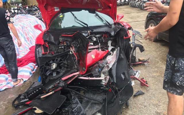 MXH lan truyền hình ảnh siêu xe Ferrari 16 tỷ đồng được cho là của ca sĩ Tuấn Hưng gặp tai nạn nát đầu