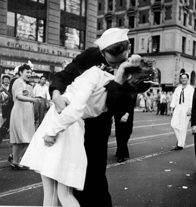 Sự thật về nụ hôn trên quảng trường nổi tiếng không hề lãng mạn như bạn tưởng, thậm chí bị xem là hành động tấn công tình dục - Ảnh 2.