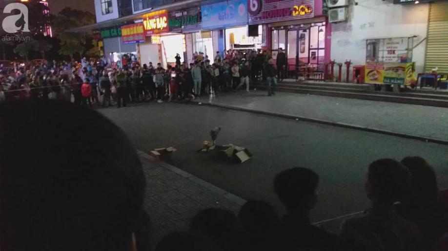 Nóng: Phát hiện 1 trẻ sơ sinh còn nguyên dây rốn rơi từ tầng cao xuống sân chung cư HH Linh Đàm, Hà Nội - Ảnh 2.