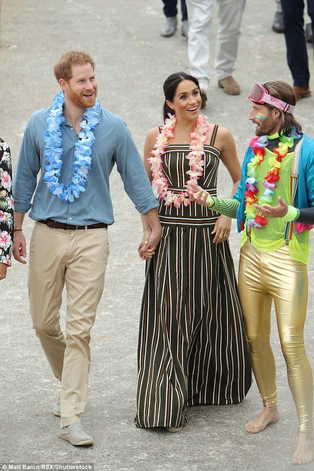 Meghan táo bạo mặc váy maxi ra biển, thậm chí phá vỡ quy tắc hoàng gia mà đến Công nương Diana còn phải kiêng dè - Ảnh 1.