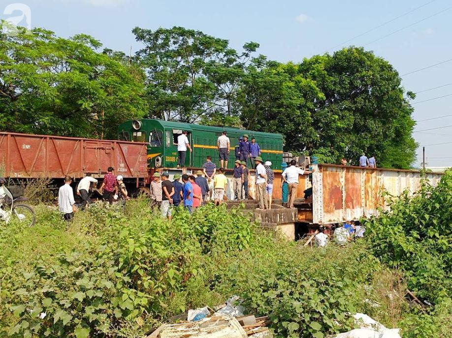 Hà Nội: Xe tải bị tàu hỏa tông đẩy xa hàng chục mét do qua đường thiếu quan sát - Ảnh 7.